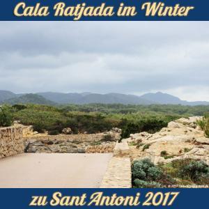 Cala Ratjada zu Sant Antoni im Januar 2017 - trübe Fernsicht auf die Sierrea de Llevant und Pinienwald hinter Cala Agulla